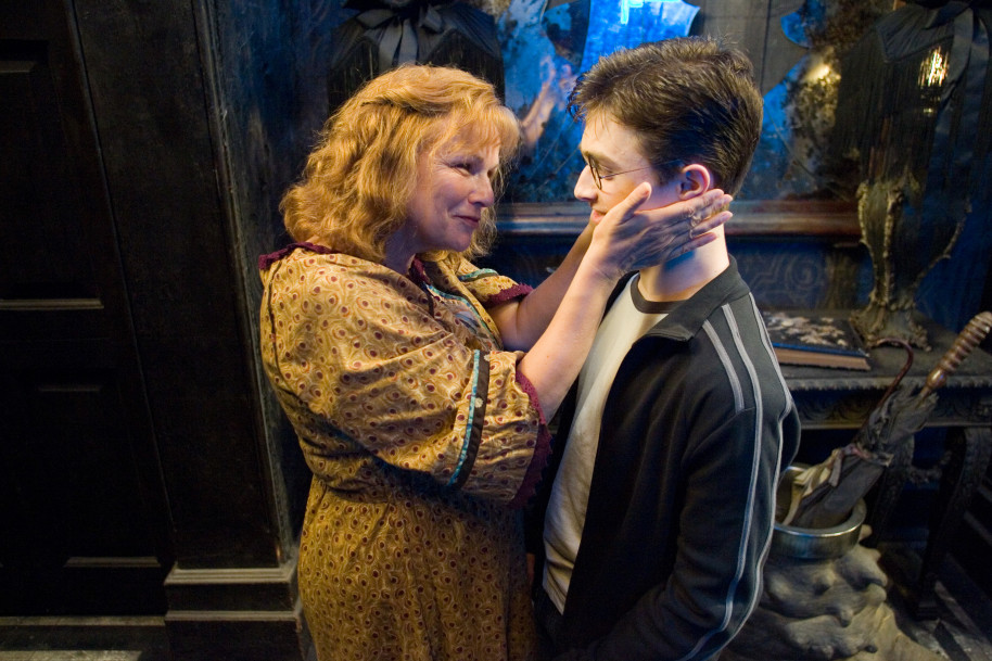 Molly Weasley accarezza Harry Potter